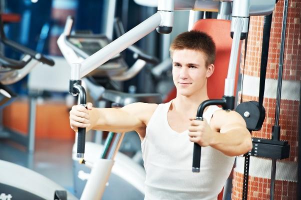 Quer entrar em forma? Exercite-se na estação de musculação. (Foto: Divulgação)