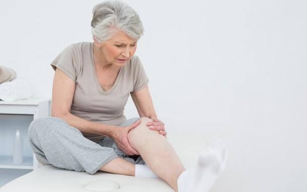 O envelhecimento aumenta as chances de desenvolver essa doença óssea. (Foto: Divulgação)