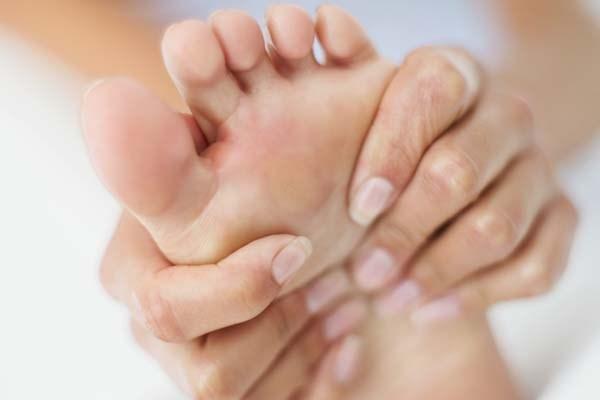 Calos nos pés por que ocorrem Como cuidar